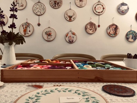 קיר גלריה של חישוקי רקמה בשימוש דקורטיב בסטודיו לרקמה