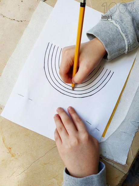בעזרת נייר ההעתקה מעבירים את הדוגמא לבד
